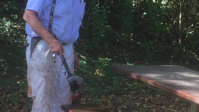 Unser Malermeister Guido Trüssel beim Streichen der Bänke auf dem Übungsplatz am 16.09.2019